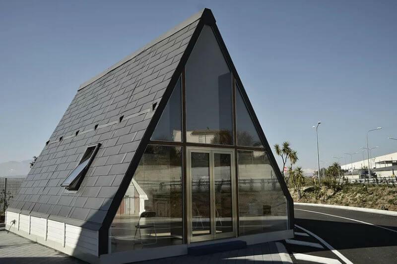La casa se puede montar en pocas horas, es antisísmica y es energéticamente autónoma por su sistema de paneles solares.