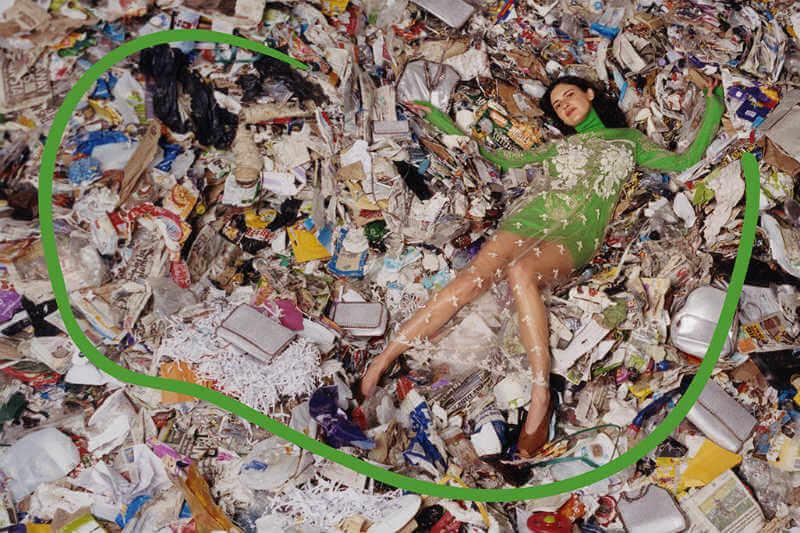 La diseñadora británica respalda la campaña de Ellen MacArthur para evitar que la industria consuma un cuarto del presupuesto anual de carbono para 2050.
