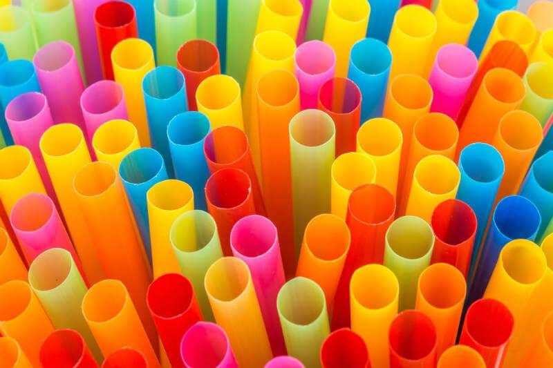 La ciudad está eliminando millones de pajillas de plástico gracias a la colaboración de activistas, empresas y el fabricante de una alternativa sostenible.
