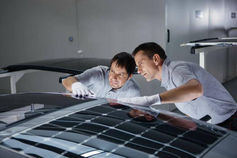 La energía solar generada por los paneles solares en el techo permite el funcionamiento automático del sistema de ventilación en los autos.
