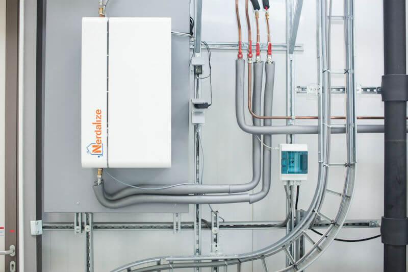 El sistema aprovecha el calor generado por los servidores usados por empresas, pero instalados en hogares particulares, para obtener calefacción.