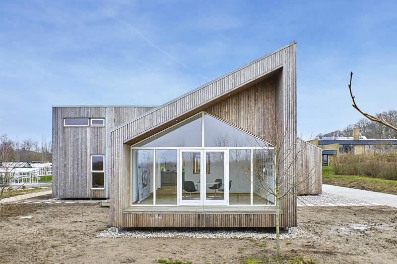 En Dinamarca, un estudio creó una casa modular hecha con residuos agrícolas, hierba, paja, algas marinas y restos de madera.