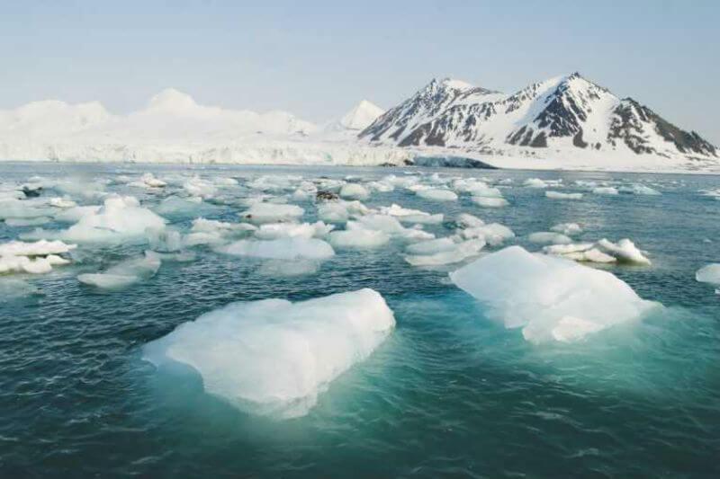 El hielo está creciendo en sectores del Ártico, pero una mezcla de agua templada del Pacífico y tormentas feroces han dañado hielo marino y costas de Alaska.