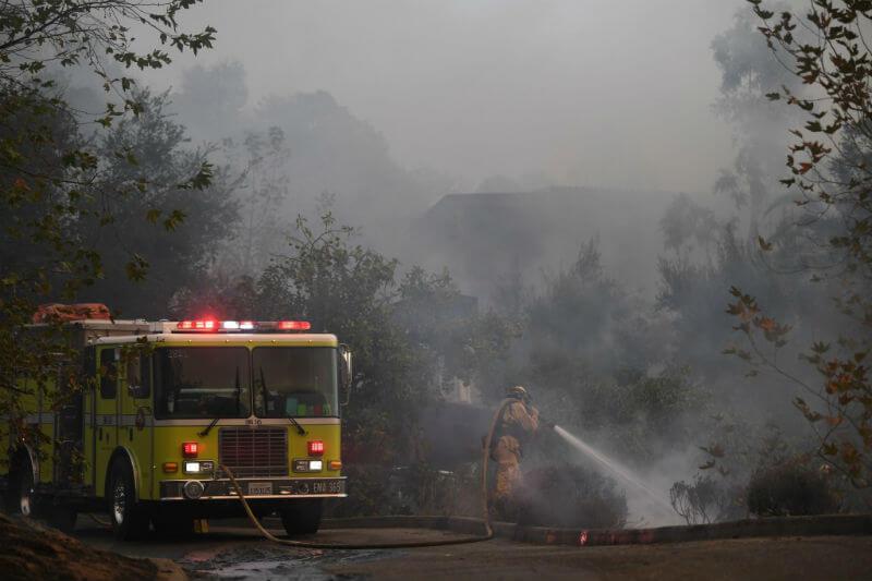 El incendio, que se dirige hacia Montecito, lleva más de 259,000 acres consumidos, y está contenido en un 40%.