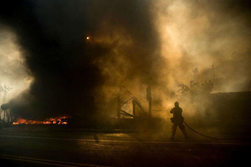 Incendios se han desatado a unos 100 kilómetros al noroeste de Los Ángeles, destruyendo a su paso 150 edificios y la evacuación de 27,000 personas.