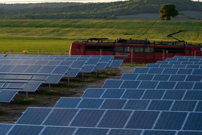 Estudio muestra la viabilidad y rentabilidad de la energía solar en los trenes, metros y tranvías del Reino Unido.