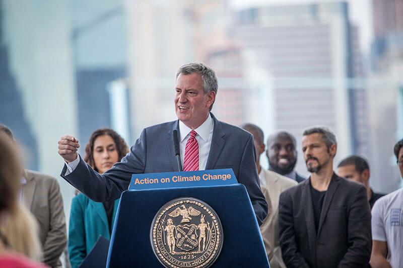 El alcalde Bill de Blasio explicó que busca hacer responsables a las compañías, como ExxonMobil, por su contribución al cambio climático.