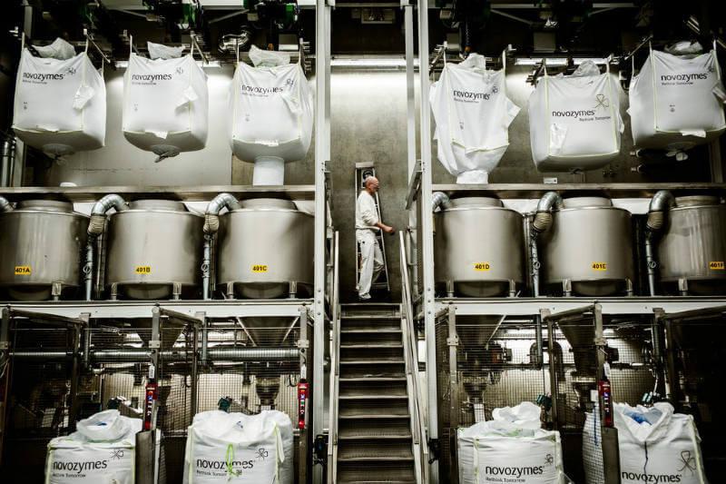 Científicos de la empresa Novozymes desarrollan enzimas, encontradas en hongos, para crear detergentes de ropa que requieran menos agua y energía.