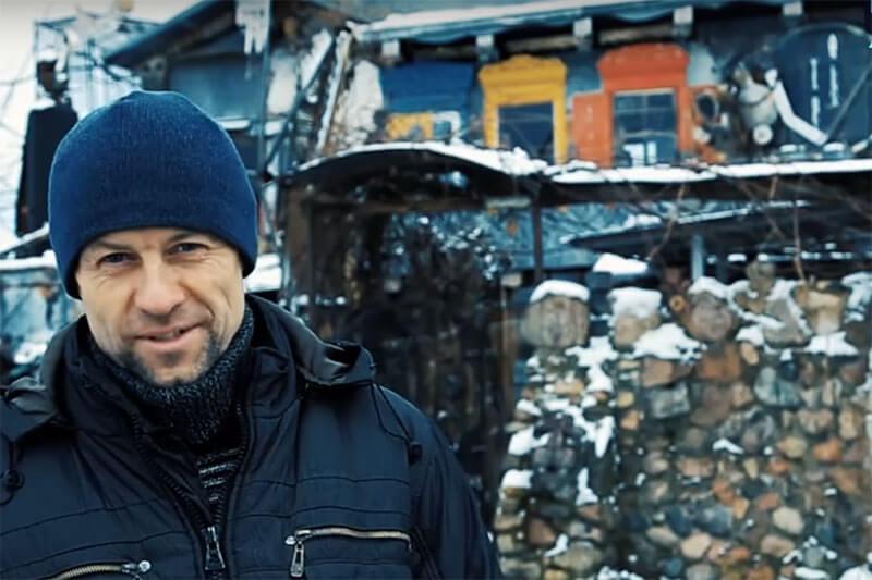 Oleg es un hombre revolucionario y es conocido como el artista de la basura al construir su casa de tres pisos con deshechos.