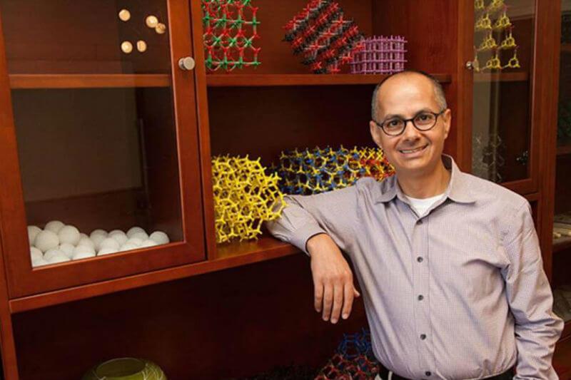 El catedrático Omar Yaghi crea materiales que pueden capturar y almacenar el dióxido de carbono y también agua de la atmósfera.