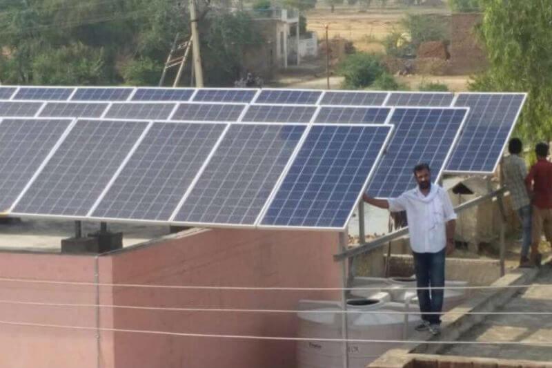 Gracias a la planta con sistema solar instalada en Ugalan, India, alrededor de 1,000 familias tienen acceso a unos 25,000 litros de agua diarios.