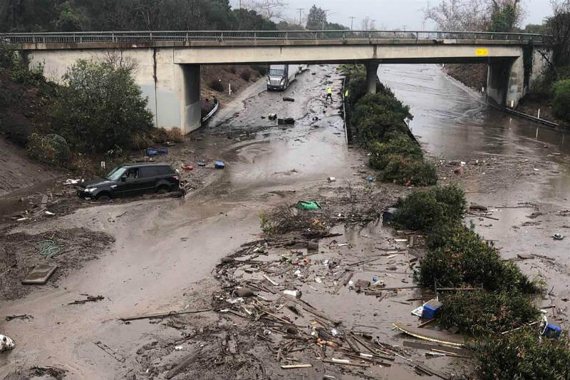 Lluvias torrenciales dejaron unos 25 heridos y se han cerrado carreteras por deslizamientos de tierra en áreas devastadas por los recientes incendios.
