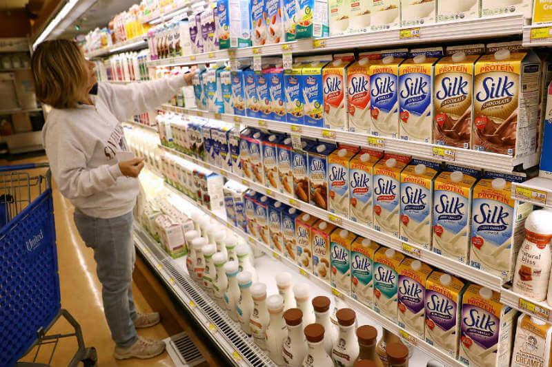 La marca de leche a base de macadamia, se considera una alternativa más sostenible y respetuosa con el clima que la leche de vaca y almendras.