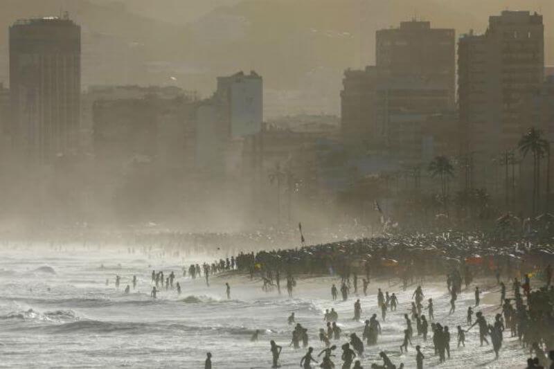 El calentamiento de las aguas oceánicas puede tener efectos perjudiciales en hábitats como los arrecifes de coral y el hielo marino, por nombrar algunos.