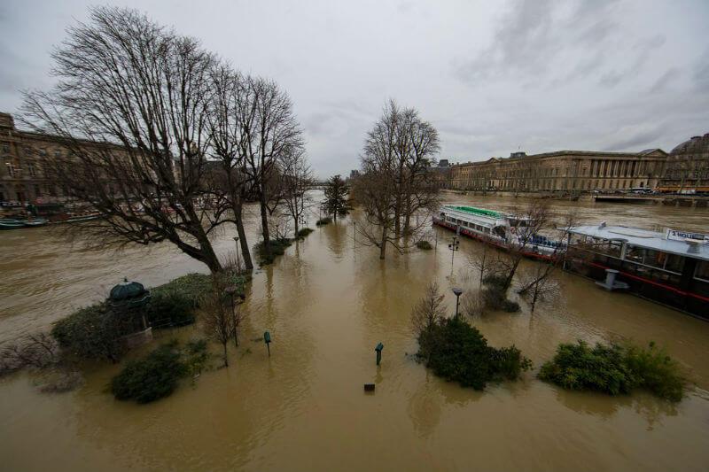 El río Sena de nuevo se desbordó de su cauce tanto en París como en varias ciudades aledañas, tan solo un año después de alcanzar su nivel más alto desde 1982.