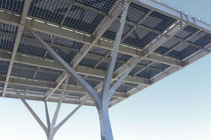 La empresa Onyx Solar ofrece la tecnología necesaria para el desarrollo de pérgolas fotovoltaicas para pasarelas, accesos a edificios y paradas de autobús.