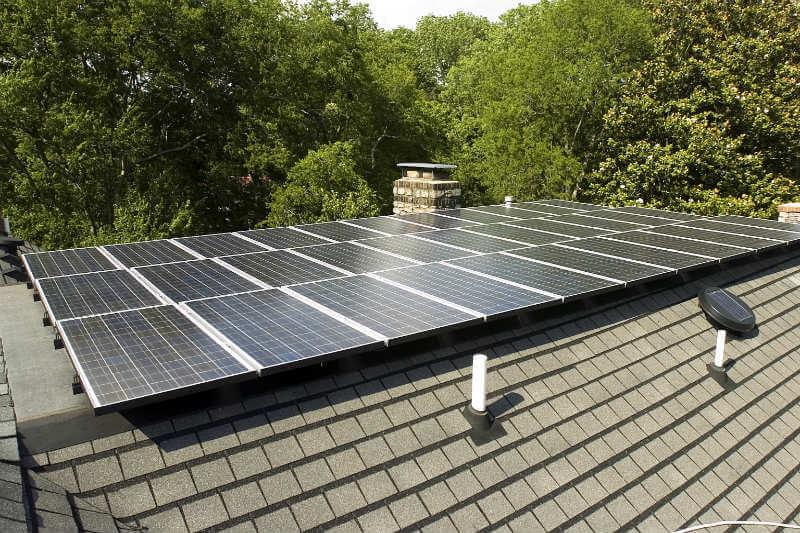 El primer ministro Jay Weatherill, anunció un plan para crear una red de 50,000 sistemas solares domésticos respaldados por baterías Tesla Powerwall para marzo.