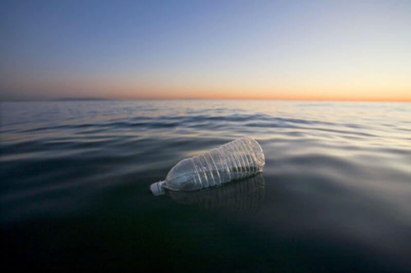 Charles Moore muestra que el microplástico flotando en la superficie del giro del Pacífico Norte aumentó de 331,809 piezas por km² en 1999 a 19,912,037 en 2014.