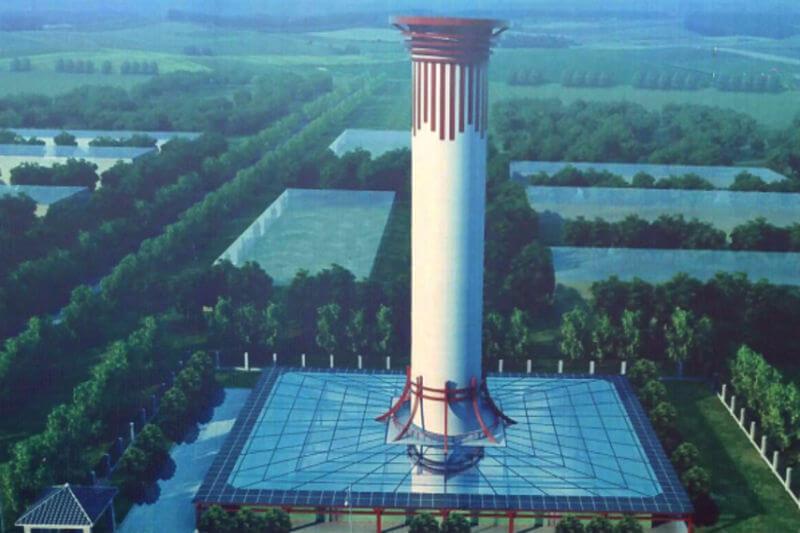 La torre purificadora de aire tiene 100 metros de altura y vierte diariamente 10 millones de metros cúbicos de aire puro a la atmósfera.
