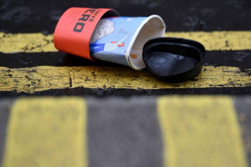 Un comité del Parlamento ha propuesto gravar con 25 peniques la taza del café para llevar. El dinero recaudado sería destinado a financiar plantas de reciclado.