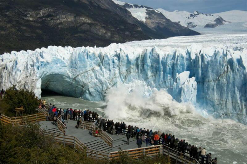 El derrumbe natural del glaciar Perito Moreno provocó inundaciones en la localidad de El Calafate, por lo que vecinos fueron evacuados para evitar riesgos.