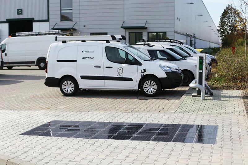 La empresa Platio ha desarrollado una solución para integrar celdas solares en el suelo, con elementos fabricados con plástico reciclado y es fácil de instalar.