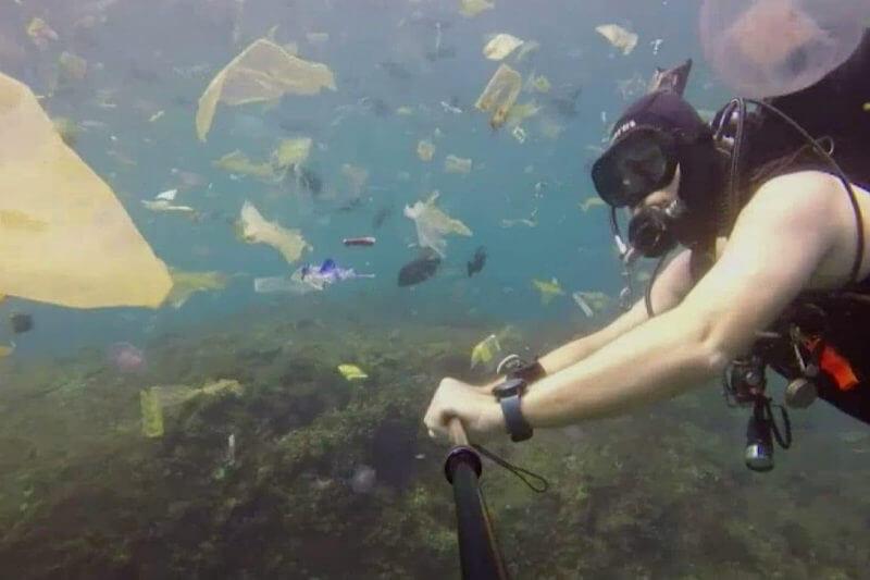 Rich Horner se filmó nadando a través de franjas de basura de plástico flotando en aguas color turquesa a unos 24 kilómetros de la costa de Denpasar.