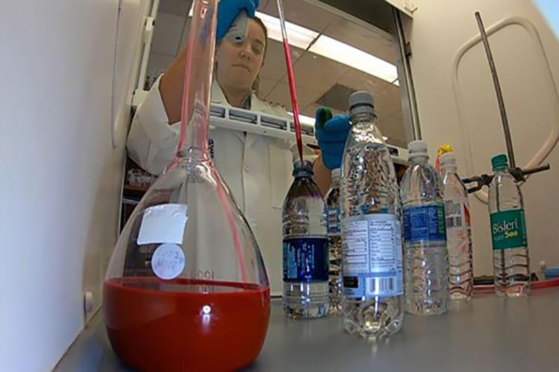 Plastico en agua embotellada