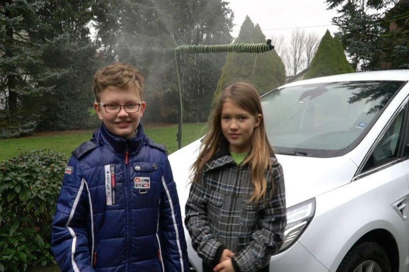 En un momento de ingenuidad, hermanos desarrollaron una idea para recoger las gotas de lluvia de los limpiaparabrisas para reutilizar el agua en el auto.