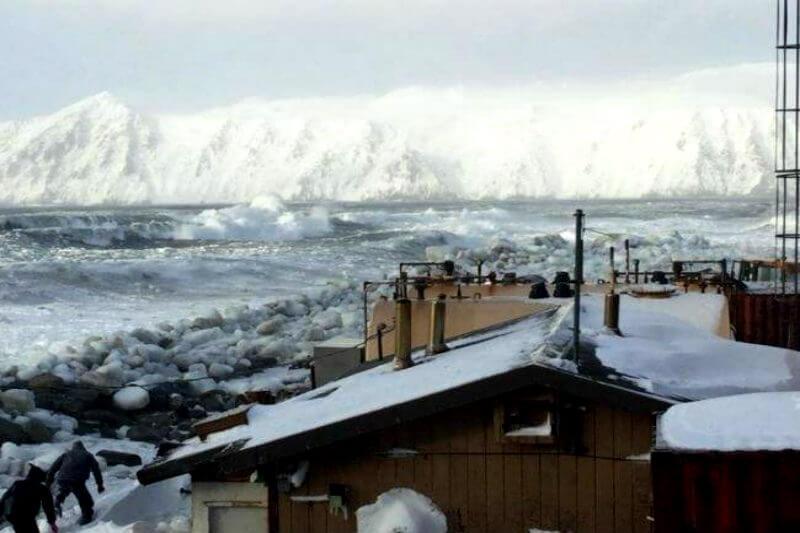 La segunda extensión de hielo marino invernal más baja registrada ha aislado a comunidades de las islas Diómedes, exponiendo a residentes costeros a tormentas.