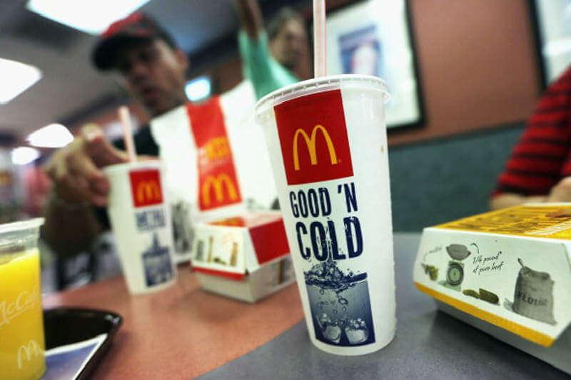 La cadena de comida rápida dijo que a partir de mayo, en varios de sus restaurantes, los clientes tendrán que pedir las nuevas pajillas de papel.