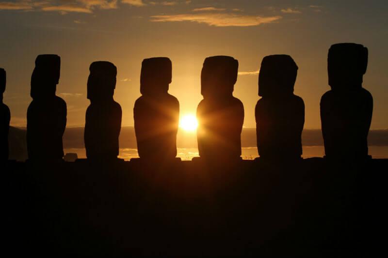 La ONU ha advertido que las famosas estatuas de la isla podrían ser enterradas por las olas para el 2100.
