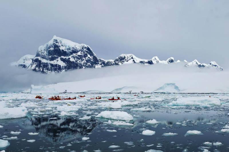 El agua de deshielo glacial hace que la superficie del océano sea menos salada y más flotante, permitiendo que el agua cálida profunda derrita los glaciares.