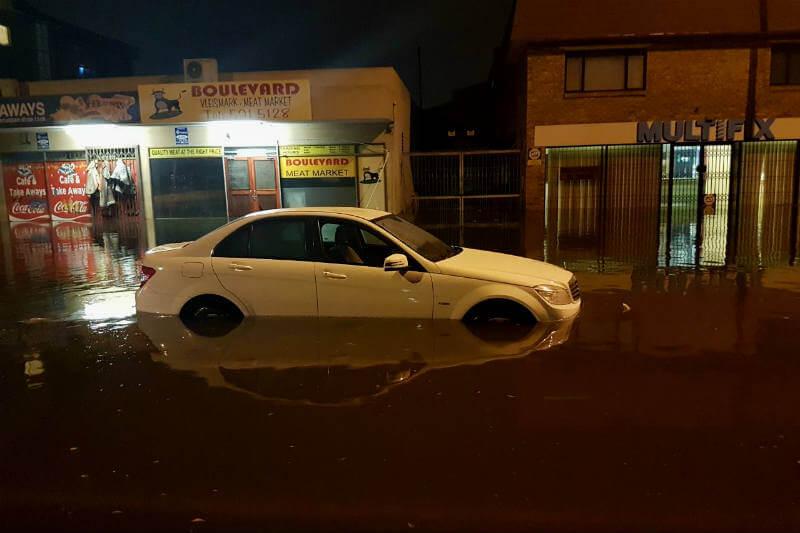 Funcionarios de la ciudad sudafricana, que ha sido azotada por la sequía, anunciaron que las fuertes lluvias bloquearon las carreteras y alteraron el tráfico.