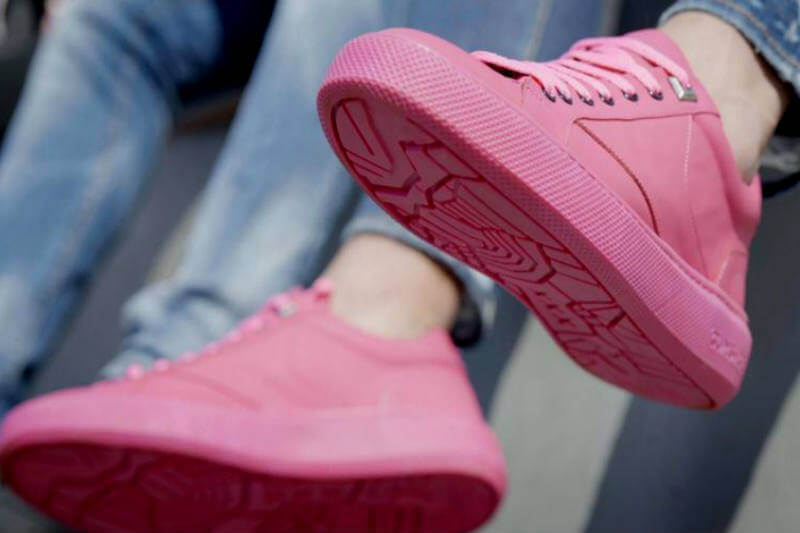 En Ámsterdam, Holanda, se presenta Gumshoe, unas zapatos con suela de chicles recogidos en las calles de la ciudad.