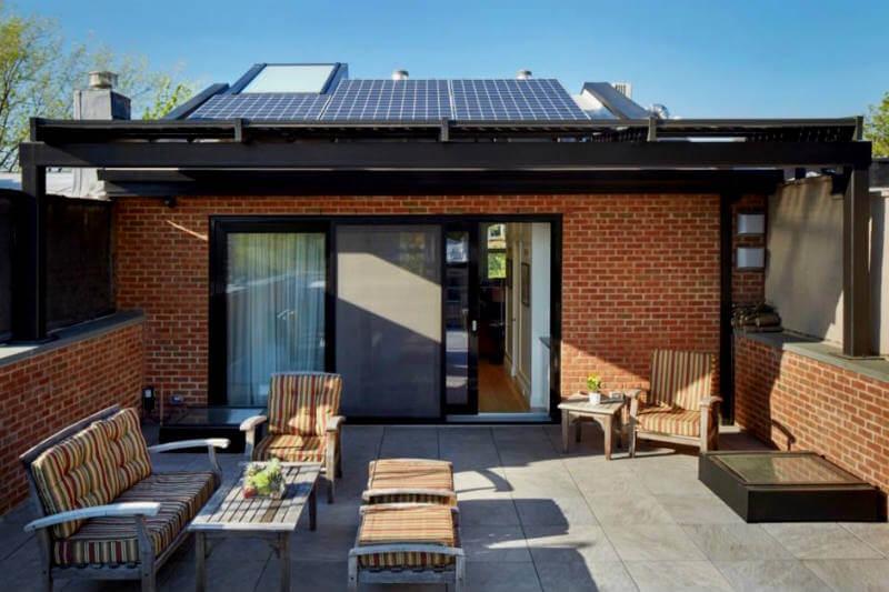 Esta casa remodelada en Nueva York ofrece una variedad de tecnologías renovables, con lo que ahorra entre 80% y 90% de la energía necesaria para climatización.