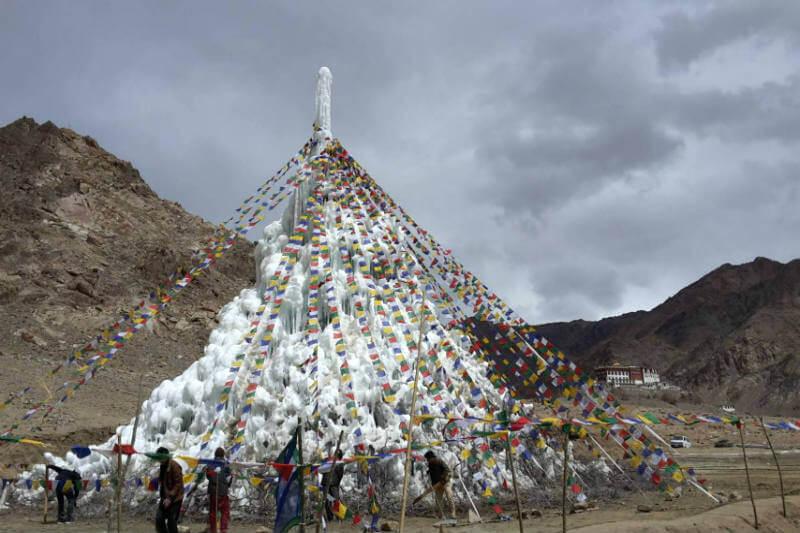 Un ingeniero indio crea glaciares artificiales inspirados en monumentos de culto para combatir la sequía en la cordillera asiática.