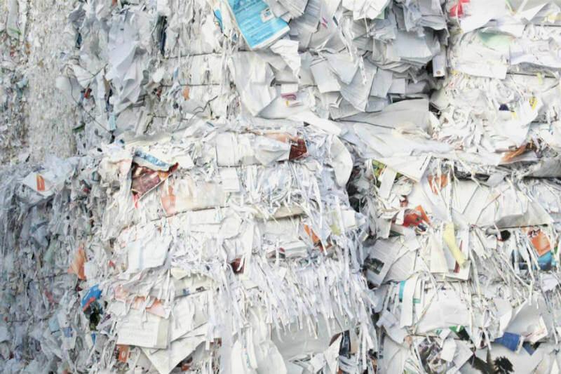 Precios de papel y plástico se han derrumbado, ahora, funcionarios locales están cobrando más por recolectar materiales reciclables y llevarlos al vertedero.
