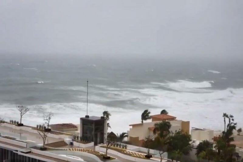 La tormenta tropical Bud impactó contra la franja turística de Cabo San Lucas, en el estado mexicano de Baja California Sur, pero no se informó de víctimas.