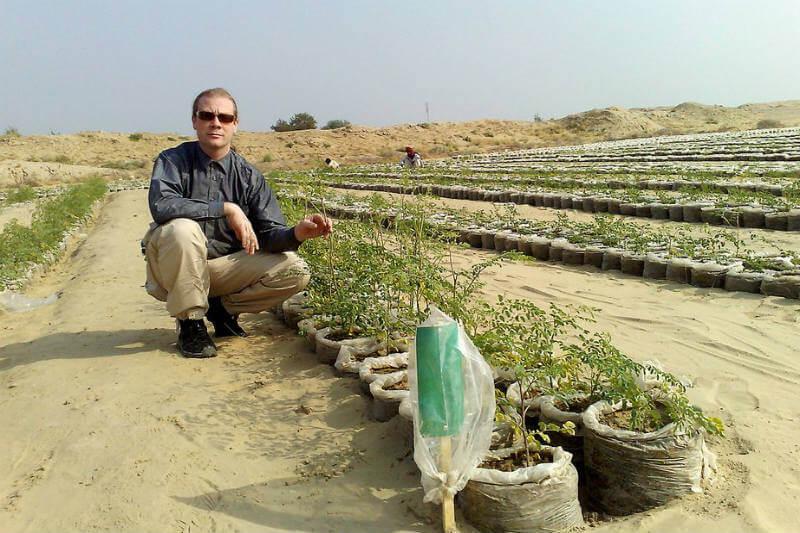 Kristian Olesen desarrolló una tecnología que combina nanopartículas de arcilla y agua para que el suelo arenoso retenga el agua y se utilice para la siembra.