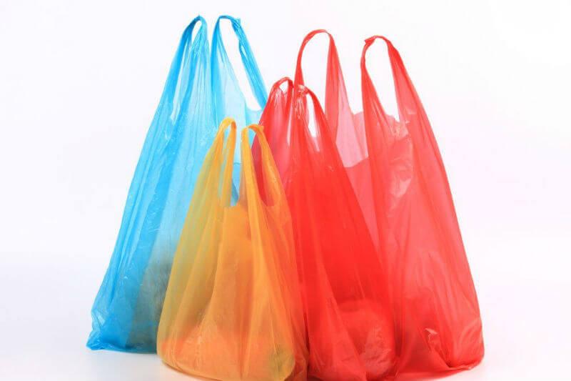 El Gobierno del estado de Maharashtra considera ahora un delito usar plástico, lo que conllevará multas de hasta $370 y penas de hasta tres meses de prisión.
