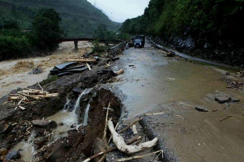 Al menos tres personas perdieron la vida y tres permanecen desaparecidas a raíz del temporal de lluvia que azota el norte del país.