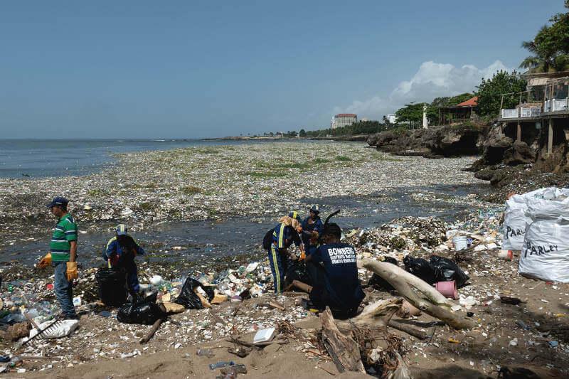 La nación caribeña está lidiando con olas de basura que se acumulan en sus costas, y de las cuales solo sesenta toneladas se han recolectado.