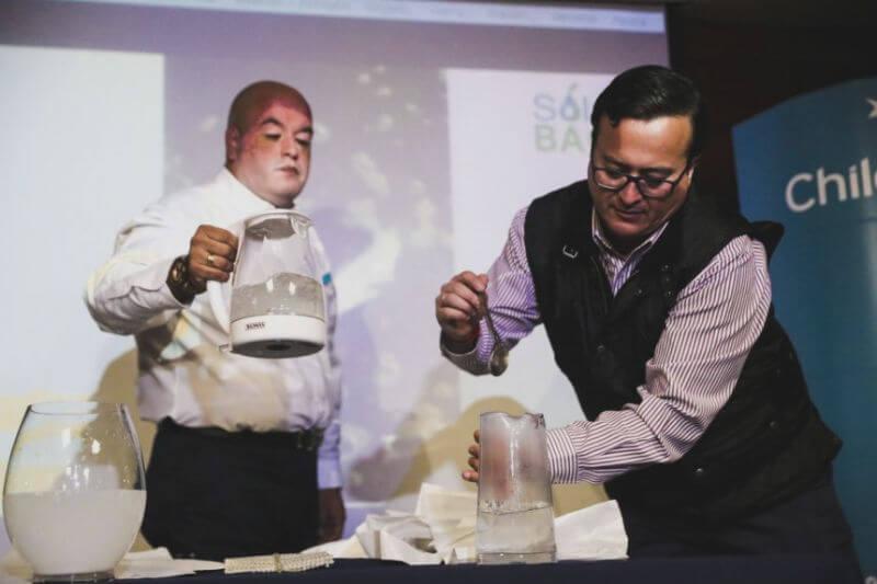 Creadores mostraron cómo funciona la bolsa al contacto con el agua fría y aseguraron que el carbono que queda no tiene ningún efecto dañino en el cuerpo humano.