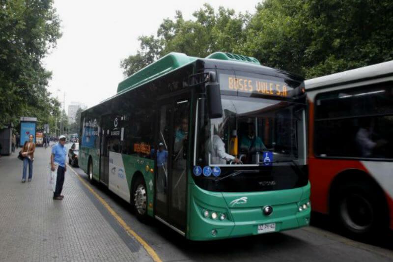 Eléctricas cerraron acuerdo para traer 200 buses para Transantiago a fin de año. Tendrán 85 asientos, 12 metros de largo y control antievasión.
