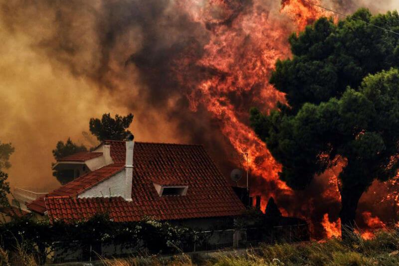 Los incendios que afectan al noreste de Grecia han cobrado la vida de 49 personas y han dejado 172 heridos, según los últimos datos de Protección Civil.