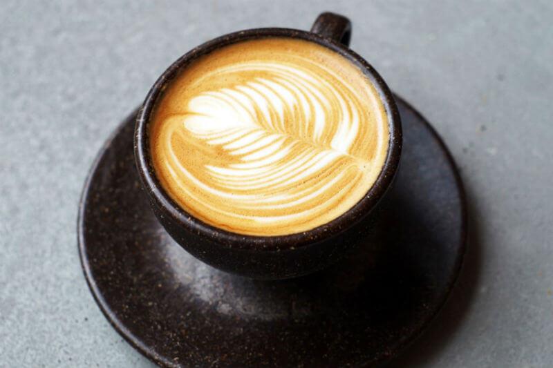 Julian Lechner está detrás de Kaffeeform, empresa que combina los granos de café usados con pegamentos naturales para crear tazas y platos.