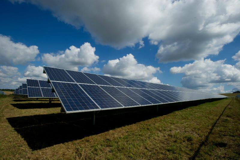 Según un informe, empresas relacionadas con la energía solar empleaban a 350,000 personas en 2017, de las cuales más de 250,000 eran de tiempo completo.
