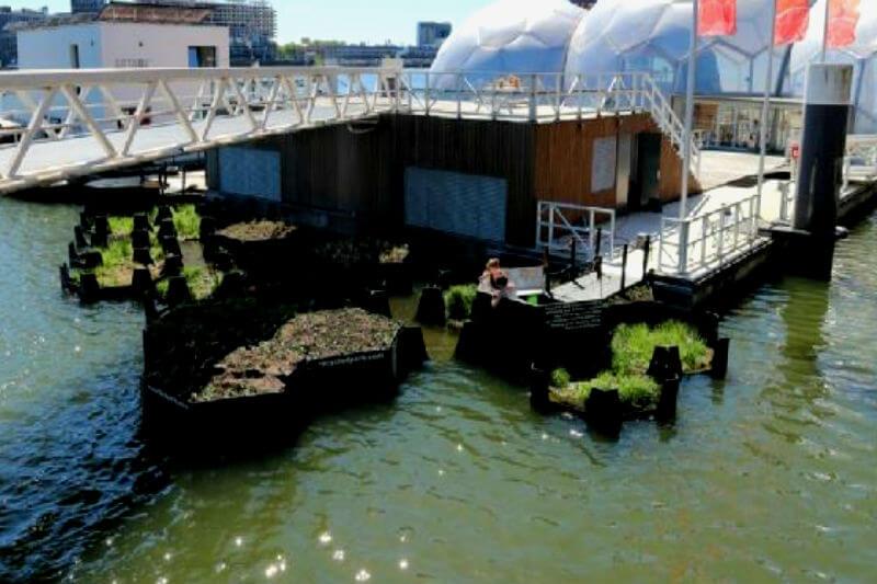 El parque, ubicado en Holanda, es una plataforma flotante elaborada con plásticos recogidos del agua ideada por el arquitecto Ramon Knoester.