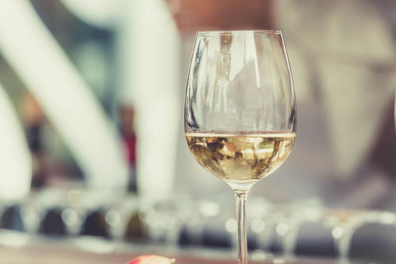 Bodegas de vino en España trabajan en distintas iniciativas y nuevas medidas, como la búsqueda de variedades de maduración tardía que se adapten al fenómeno.